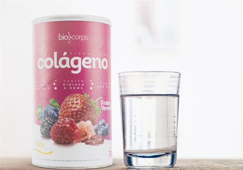 Pote de colágeno em pó ao lado de copo de água