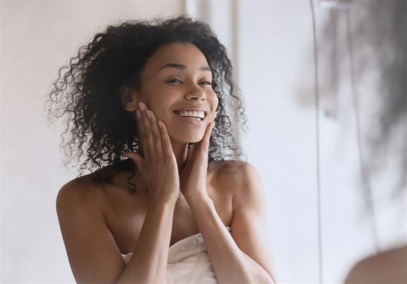 mulher feliz acariciando o rosto