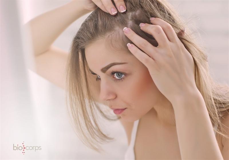 mulher olhando o cabelo