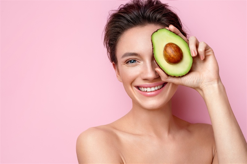 mulher segurando abacate